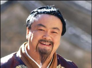 還記得《炊事班的故事》里的洪班長嗎?不僅是土豪,兒子還很