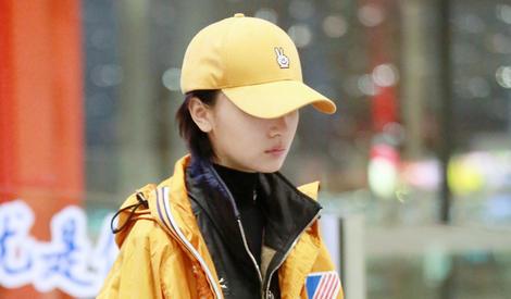 """周冬雨黄『色帽子配黄色外套穿成""""小黄鸭"""""""