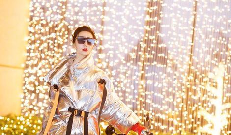 不想撞衫圣诞老人?范冰冰竟梳小揪揪扮起麋鹿~