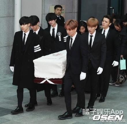 已故SHINee成员金钟铉出殡 众好友为其送别