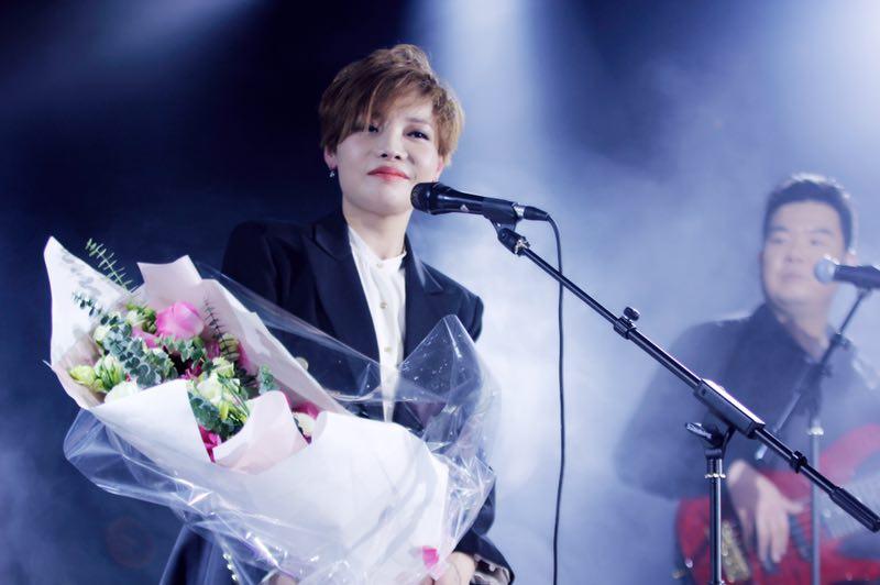 """魏佳艺新专首唱,嗓子""""废了""""的歌手,当年唱哭无数人"""