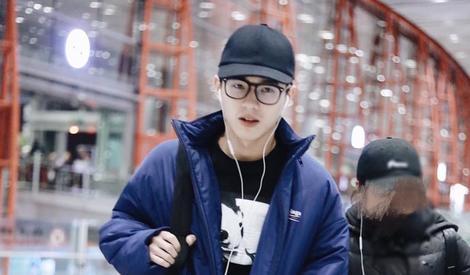 刘昊然又穿熟悉的深蓝羽绒服,不过这次不是校服了