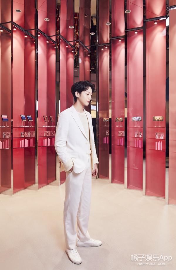 完美日記上海五角場概念店開業 底妝代言人賴冠霖空降助陣