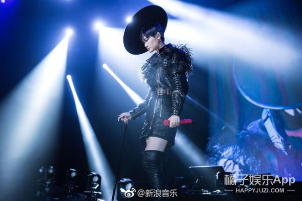 陈伟霆银色鸡冠头亮相节目 李宇春拄拐唱跳现场炸裂