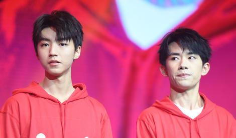 王俊凯易烊千玺同台献唱,都不知道给谁打call了