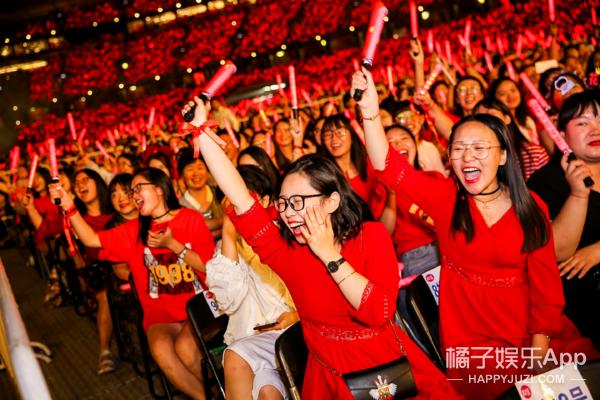 十万人流着泪在鸟巢一起喊:华晨宇,喜欢你,没有错!