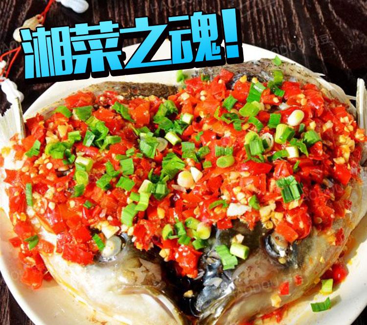 (图片来源于yule360) 剁辣椒应该怎么吃? 有了剁辣椒,只要薄薄一层,不管什么鱼头、香干、五花肉都能轻松变身湘滋味。就连日常煎炒焖烧,甚至拌面都可以加一小勺剁辣椒,或者直接拌点生抽下饭,几乎可以秒杀一切荤菜和主食。  (图片来源于meishichina) 新鲜的红辣椒总是让人觉得过分刺激,配上热气腾腾的米饭,入口以后仿佛烈火在口腔内燃烧,还透着淡淡的米香。偏偏湖南菜中最爱使用这种新鲜红辣椒做配菜,因为辣椒周围所有的配菜上全都沾染了这种不可一世的辣,让橘子君不得不佩服湖南人的舌头。  (图片来源于me