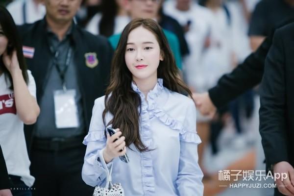 一身蓝白色的郑秀妍仙到不行,可最好看的还是她的手提包