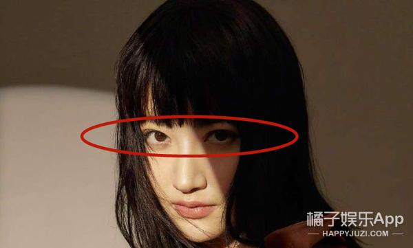 """她的双眼皮怎么突然""""消失""""了?"""