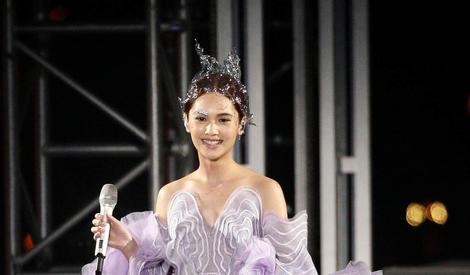 杨丞琳演唱会光脚起舞纱裙秀美腿,穿紫色礼服变希腊女神