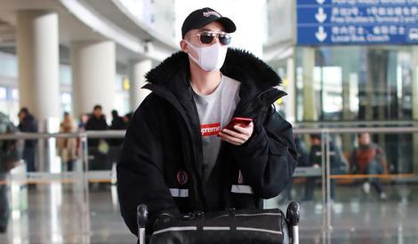马思纯与欧豪机场分开走,笑容明朗