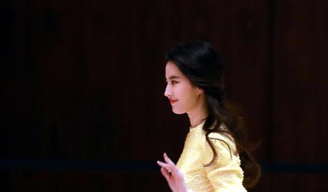 劉亦菲向粉絲揮手氣質超優雅,仙女下凡都是自帶光芒的吧