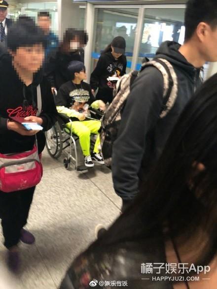 李宇春坐轮椅现身机场,带病工作简直不要太拼!