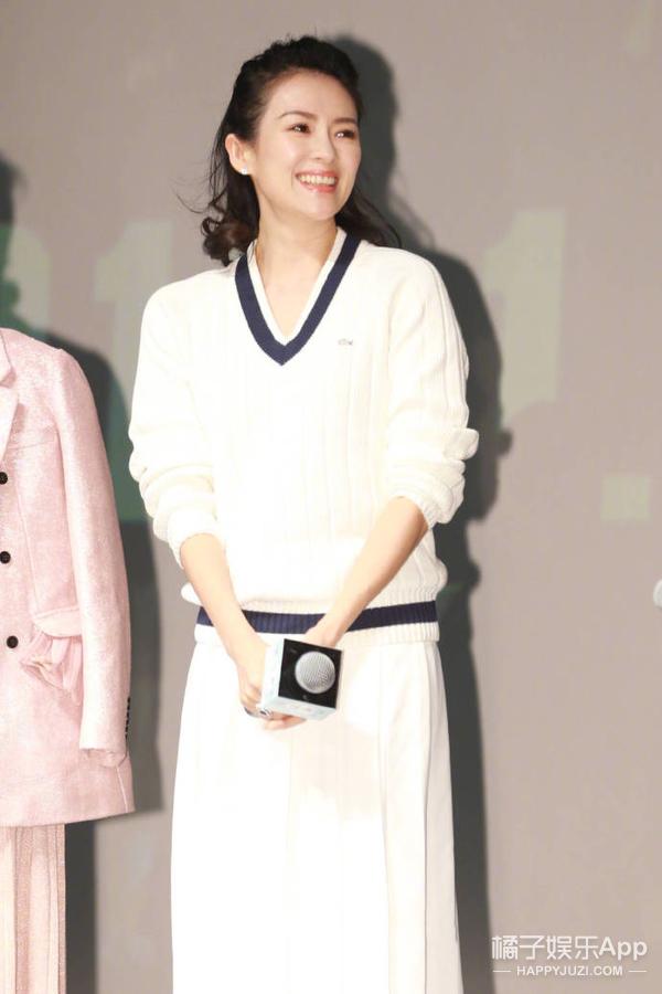 针织配白裙,不当导师的醒醒妈原来也可以这么温柔亲切