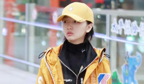 """周冬雨黄色帽子配黄色外套穿成""""小黄鸭"""""""