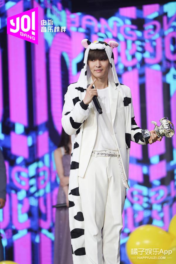 张艺兴奶牛装跳《梦不落雨林》,获《由你音乐榜样》点赞双冠