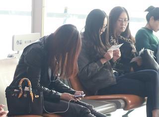 马蓉喊话王宝强后现身机场,听歌玩手机心情靓
