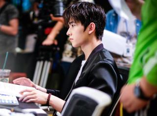 杨洋这是在打游戏还是在搓麻将?