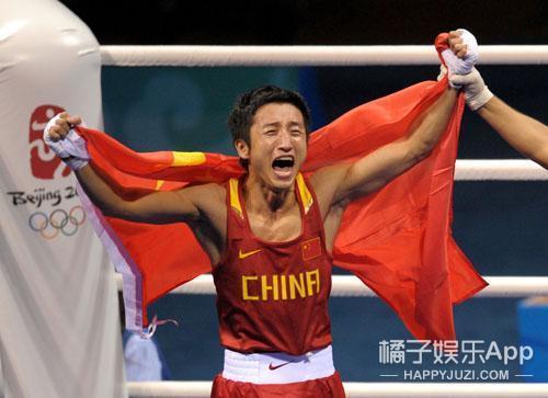 十年奥运 |还记得刘翔的背影和三面国旗同时升起的画面吗?