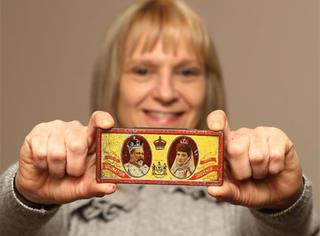 她不小心找到了一盒115年前的巧克力,拍卖价翻了100倍