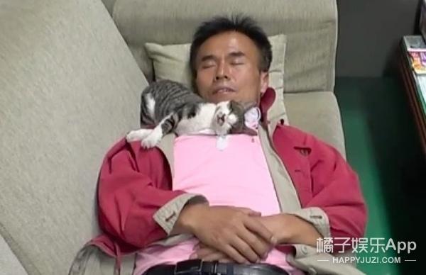 大叔照顾天生眼盲的流浪小猫,小家伙只黏叔叔超暖心!