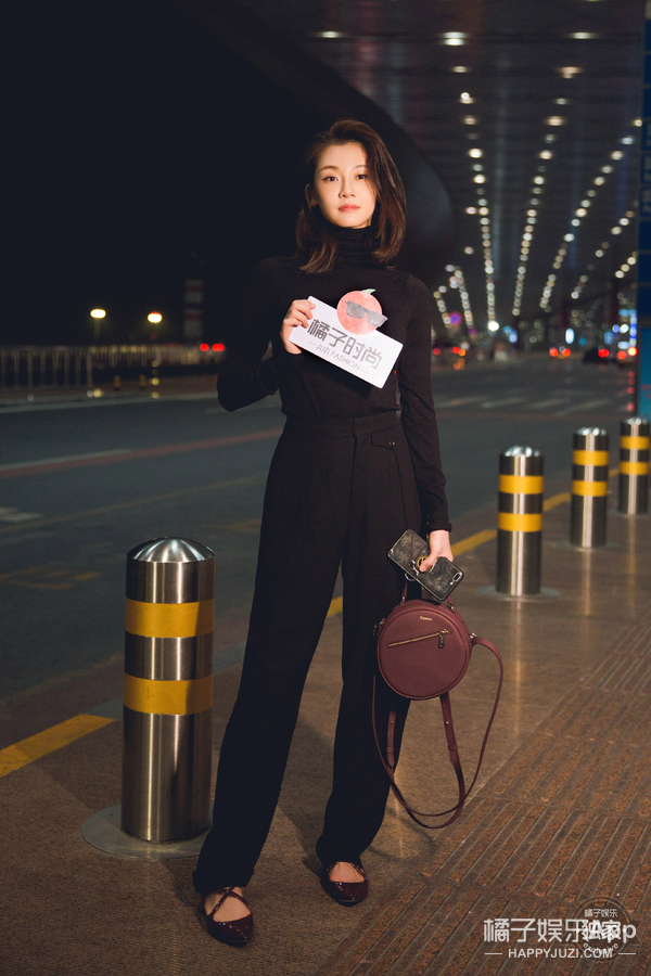 苗苗深夜出发巴黎时装周 黑色造型简约大气