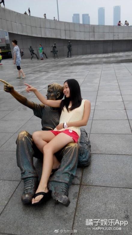 哈哈哈,要被这群和雕塑尬戏的戏精网友们笑死了!