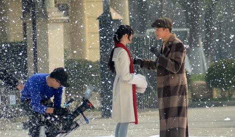 郑爽雪中起舞,与佟大为手牵手漫步超浪漫