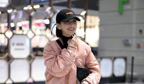 佟丽娅新年开工  粉嫩外套充满少女感