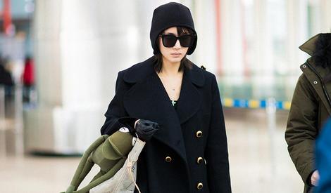 """王子文延续酷黑风格,但这个包""""出卖""""了她"""
