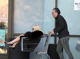 Lady Gaga外出购物,居然一屁股坐进购物车