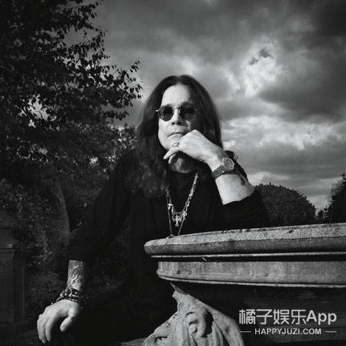 作为一个传奇金属乐队的主唱,Ozzy的人生好像更传奇