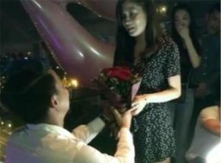 他和圈外女友相爱两年,如今手拿巨型钻戒求婚成功!
