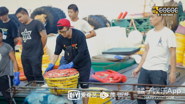 《哈哈哈哈哈》鄧超陳赫螃蟹賣虧了 鹿晗化身綁蟹工被夾手