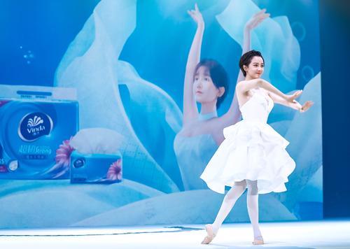 陈小纭挑战水中纸巾芭蕾惊艳全场,实力助阵维达超韧大升级