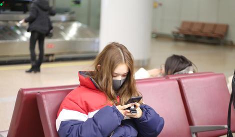 重度网瘾少女林允,时刻抱着自己手机还偷瞄工作人员的