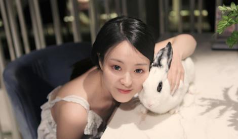 """""""成都最美校花""""张朵依秀玉兔亲密写真,被称小张柏芝"""