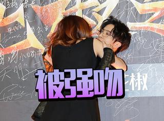 薛之谦被十八线网红强吻,这场面一度十分尴尬