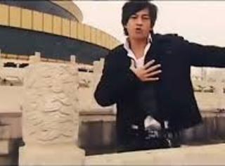 还记得《北京欢迎你》里的何润东吗?他现在长这样