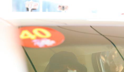 蔡徐坤赴長沙錄制《青春芒果夜》熒光綠運動褲配花襯衫超吸睛