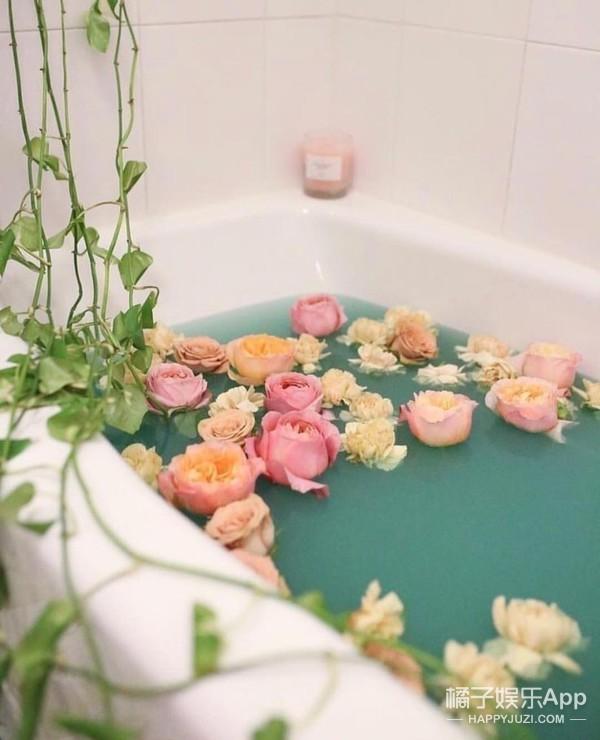 水里盛着玫瑰花瓣,原来还有这么浪漫的护肤品!