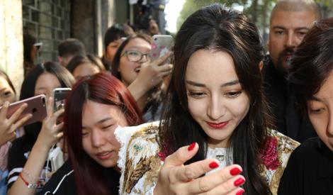 热巴米兰看秀遭粉丝围堵,被挤到变形还要保持微笑