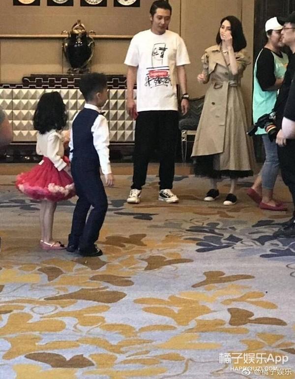 张丹峰洪欣风波后现身婚礼 Ella自曝生育后遗症