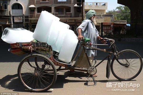 印度现在48℃,马路都被烤化了↑
