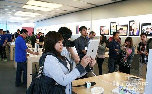 苹果店里玩自拍?你们考虑过iPhone的感受么?