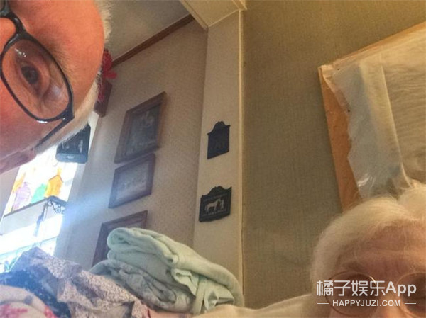 你们的自拍out了,奶奶爷爷的自拍才是王道!