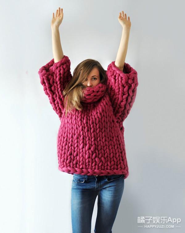 妹子用外婆的巨型针织棒 编织出时尚的温柔乡
