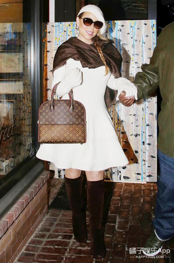 是害羞还是炫富 Taylor Swift高举限量版LV遮住脸