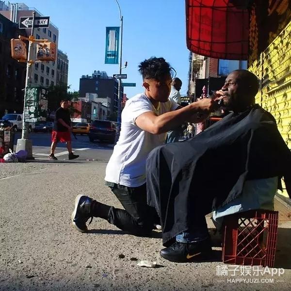 为街头流浪汉剪发 纽约发型师温暖世界