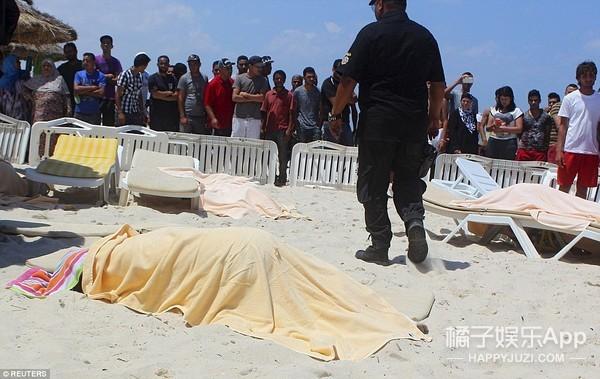这是突尼斯枪击事件中最让人感动的一张照片
